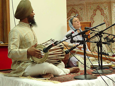 Dr Cassio and Parminder Singh Bhamra performing a kīrtan at Mata Sahib  Kaur Gurdwara in Glen Cove, NY.
